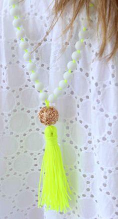 Collar Aqua - collar largo blanco collar de perlas - collar de borlas- Esta larga borla collar está hecho con cuentas blancas mates con nudos entre ellos, una bola metálica plateada oro y una borla hermosa!! Lo único hará tu look para brillar!!! Elegir la cadena que usted quisiera para la borla y los nudos!!!! Este listado está para un collar! También puedes ver mis collares neón!! https://www.etsy.com/listing/152624291/long-beaded-necklace-neon-yellow Visita m...
