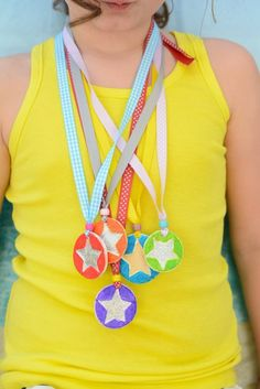 Who Deserves a Medal in Your Life? - Meri Cherry - Make your own medals from sculpey – Awesome feel good awards for friends and family - Diy For Kids, Cool Kids, Crafts For Kids, Creative Kids, Creative Crafts, National Geographic Kids, Sports Day, Field Day, Camping Crafts