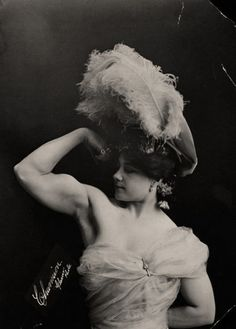 Algumas dessas imagens são datadas entre 1900 e 1930. Essas mulheres eram…
