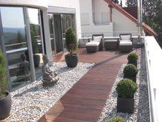 Moderne Wohnfläche. Terrasse Und Wohnbereich Können Im Sommer ... Beispiel Mehrstufige Holzterrasse