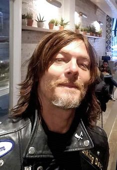 Norm being cute haha♡ Daryl Twd, Daryl Dixon Walking Dead, Walking Dead Tv Show, Norman Reedus, James Goldstein, Austin Amelio, Bae, Murphy Macmanus, Stuff And Thangs
