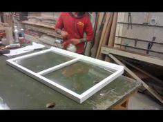 Rakennuskonservaattori Laura Salli opastaa vanhan puupokaisen ikkunan kunnostuksessa pohjatöistä pintakäsittelyyn.