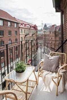 How to decorate your small balcony - Balkon Ideen - Balcony Furniture Design Small Balcony Design, Small Balcony Garden, Small Balcony Decor, Patio Design, Balcony Ideas, Patio Ideas, Terrace Ideas, Small Balcony Furniture, Outdoor Wicker Furniture