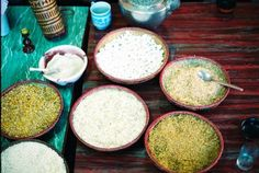 左上:米の粉  左中:ギャザシロップ=トウモロコシのシロップ漬け  左下:ポップライス=ポップコーンのお米版  中上:ポップコーン  中下:ショップ=米を水に浸して潰したもの  右上:ザウ=米を炒ったおこしの粒状のもの  右下:粟を蜂蜜にからめたもの    どれも塩味はついていません。  @風神さんの旅行記