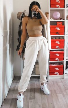 Keep it simple but chic this season in the Off White Cuffed Joggers. Featuring an elasticated waist with a hidden drawstring and a cuffed hem, these joggers are amaze with some chunky trainers and a lace bodysuit. Cuffed Joggers, White Joggers, Joggers Outfit, Fashion Joggers, Teen Fashion Outfits, Sporty Outfits, Retro Outfits, Chill Outfits, Trendy Outfits