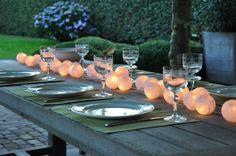 sfeervol gedekte tafel, met happy lights