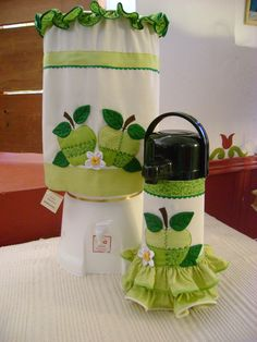 capa de térmica e de bombona de água Sewing Closet, Sewing Box, Fabric Flower Tutorial, Fabric Flowers, Crafts To Sell, Diy And Crafts, Sewing Crafts, Sewing Projects, Towel Dress
