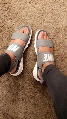 Sandals Summer Nike Tanjun Sandal Summer Vibes ☀️☀️☀️ - There is nothing more comfortable and cool to wear on your feet during the heat season than some flat sandals. Converse Shoes, Women's Shoes, Cute Shoes, Me Too Shoes, Shoe Boots, Gucci Shoes, Roshe Shoes, Fall Shoes, Winter Shoes