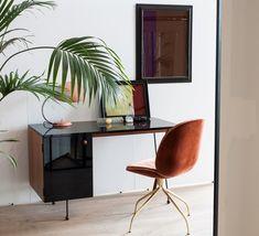 La maison d'édition Gubi réédite la lampe à poser Cobra de la collection Grossman, créée par Greta Magnusson Grossman. #Gubi #Grossman #Cobra #Greta #lampe à poser #tablelamp #red #vintage #rouge #bureau #desk #icone #icon #design #360° #amazing #snake #serpent #acier #steel