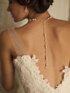 Bijou de dos en perles nacre et perles de cristal avec la partie collier de mariage ras du cou.Original, vous serez séduite par ce bijou de mariage ou cérémonie raffiné.