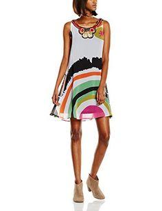Un vestido diseñado por Mr. Lacroix, de tacto efecto gasa, con pedrería en el cuello.