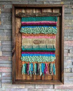 Hasil carian imej untuk telares y flecos Weaving Wall Hanging, Weaving Art, Tapestry Weaving, Loom Weaving, Wall Hangings, Weaving Projects, Textiles, Basket Weaving, Textile Art