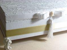 Caixa utilizada para decoração dos toaletes das recepções dos eventos como casamento, aniversários, aniversários de 15 anos, bodas de prata, bodas de ouro e outros.