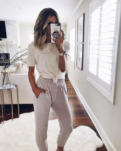 How to Look Chic in the Most Comfortable Way Possible - Comfy Outfits Cute Comfy Outfits, Lazy Outfits, College Outfits, Cool Outfits, Summer Outfits, Cute Lounge Outfits, Comfy Clothes, Outfits With Sweatpants, Cute Athletic Outfits