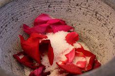 Die Verarbeitung zum Rosenzucker #Rosen #Rosenprodukte