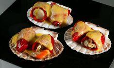 Receta de pimientos del piquillo rellenos de vieiras con salsa holandesa, una salsa a base de yemas de huevo, mantequilla y zumo de limón. #pimientosrellenos #recetasdenavidad
