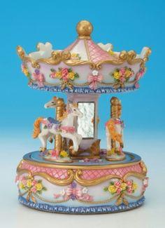 Perinteinen, klassinen karusellisoittorasia. Karuselli pyörii kiinteän  jalustan päällä musiikin soidessa.Karuselli on somistettu punaisin  kukka-aiheisin ornamentein.