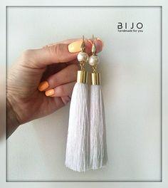 Индийский вискозный шёлк, позолоченные гипоалергенные швензы производства США, жемчуг майорка ❤ ✅В наличии. Для заказа пишите в Direct /Viber /WhatsApp. #bijo #bijo_в_наличии Diy Earrings And Necklaces, White Tassel Earrings, Tassel Earing, Tassel Jewelry, Fringe Earrings, Unique Earrings, Beaded Earrings, Handmade Beaded Jewelry, Handcrafted Jewelry