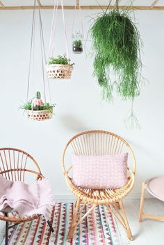 This room decorated with indoor plants and rattan chairs is the definition of boho chic. Decor Scandinavian, Deco Design, Home And Deco, Hanging Planters, Diy Hanging, Hanging Baskets, Home Design, Interior Design, Home Decor Inspiration