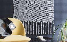 Seinävaate solmitaan makramee-tasosolmuihin oksaan tai puurimaan. Sen leveyttä ja pituutta voi muuttaa tarpeen mukaan. Lopuksi alareunaan solmitaan hapsut. Crafty, Tote Bag, Knitting, Crochet, Handmade, Bags, Ideas, Handbags, Hand Made