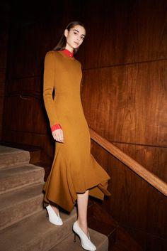 Fashion Week New York Pre-Fall 2017 look 5 de la collection Victoria Beckham womenswear Fashion Week, Fashion 2017, Fashion Outfits, Gq Fashion, Fashion Skirts, Colourful Outfits, Fashion Show Collection, Dress Outfits, Dresses