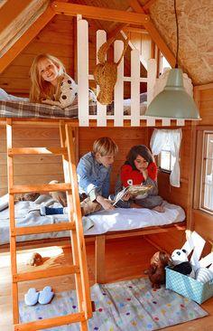 Interior casita de madera infantil Florida. Con 2 literas, escalera con pasamanos y barandilla.