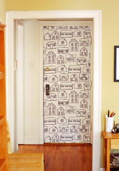 Veja como fazer papel de parede com tecido de forma simples e sem gastar muito! Esta técnica ainda pode ser utilizada em móveis e não estraga a superfície