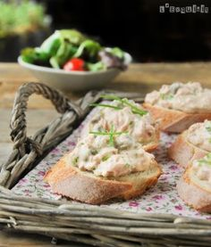 Crostini with tuna and capers. Crostini with tuna and capers (in Spanish with translator) Tuna Recipes, Seafood Recipes, Brunch, Tasty, Yummy Food, Moussaka, Tostadas, Fresh Rolls, Sandwiches