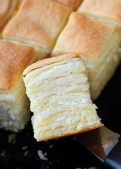 SASTOJCI 700 g brašna pola kockice svežeg kvasca 1 kašičica šećera 3 kašičice soli 400 ml vode 125 g margarina 200-250 g kisele pavlake 200 g sitnog sira  PRIPREMA Kvasac izmrvite u 100 ml tople vode