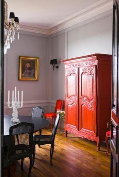 Un armario lacado de rojo (y una terraza con vistas) · A red french armoire (and a terrace with a view)