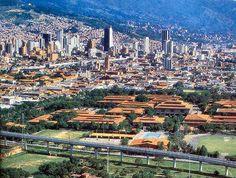 Medellín, Universidad de Antioquia, viaducto del metro y centro de la ciudad.