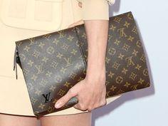 Louis Vuitton Look Casual, Casual Chic, Handbags On Sale, Luxury Handbags, Luxury Purses, Handbags Online, Designer Handbags, Moncler, Stylish Men