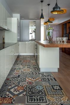 travelers tale 3 Distinctive and Captivating Travelers Apartment in Moscow sol patchwork en carreau de ciments dans cette cuisine tiles kitchen carrelage suspension light