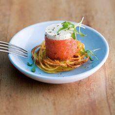 Die kleinen Kartoffelrösti raffiniert mit Lachtatar veredelt schmecken einfach köstlich. Ob für besondere Anlässe oder als Snack dieses Gericht passt...