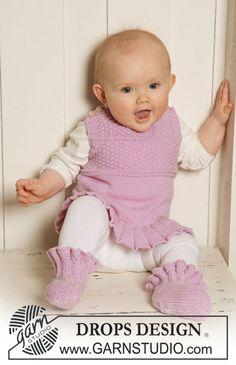 """DROPS kjole / vest med flæse og strukturmønster og tøfler med flæser i """"Baby Merino"""". ~ DROPS Design"""