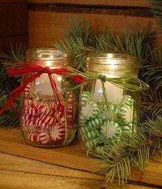 tarros llenos de caramelos atados con lazos rojo y verde