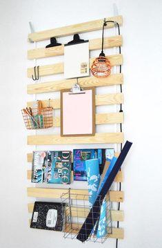 Unité de rangement Croyez-le ou non, ce rangement mural est fait à partir d'un sommier à lattes IKEA! En effet, pour la modique somme de 20$, vous pouvez vous le procurer et le transformer en unité de rangement tout à fait inusitée.  Vous pouvez y installer des crochets, des pinces et même des petits paniers de rangement afin de rendre ce rangement mural ultra polyvalent!