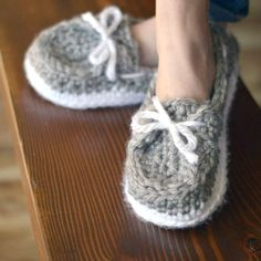 Make these comfortable and cozy chunky slippers, with this free crochet pattern. Perfect to wear all-year-round.