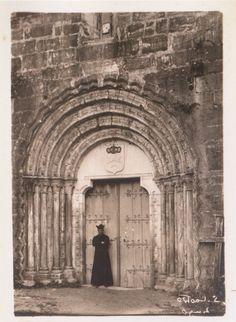 Portada da igrexa de San Pedro Fiz do Hospital. O Incio, Lugo, ca. 1900. Xelatina de prata ao clorobromuro. 18 x 13 cm.