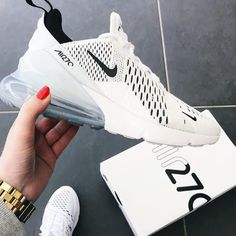 Nike Air Max 270 White / Black – hier kaufen The Nike Air Max 270 – White / Black is one of the most popular sneakers in Here you can buy the brand new Nike sneaker. Tenis Nike Casual, Tenis Nike Air Max, Sweatshirts Nike, Cute Shoes, Me Too Shoes, Souliers Nike, Basket Style, Sneakers Fashion, Sneakers Nike