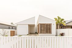 Julie Kosy takes us behind the white walls of Orton Haus in Merewether and chats to Justine Orton for this months House Proud. Weatherboard House, Timber Battens, Exterior Cladding, Modern Coastal, House Extensions, Facade House, Coastal Homes, House Goals, Old Houses
