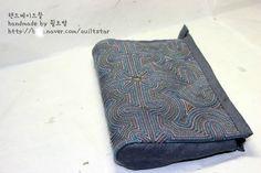 [규방공예&조각보] 색실누비 파우치 Traditional Quilts, Korean Traditional, Rice Bags, Korean Art, Straight Stitch, Boro, Hand Sewing, Needlework, Zip Around Wallet