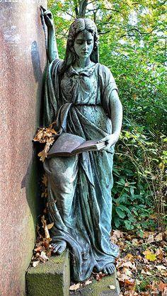 Friedhof Ohlsdorf in Hamburg. Lesende Frau (Statue) an Grab.  Artikelbild für: Hamburg Ausflug-Tipp: Friedhof Ohlsdorf in Hamburg