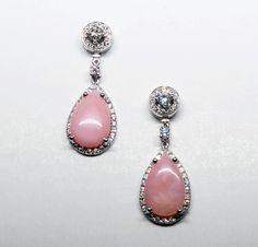 b94030c6000f Pendientes desmontables de oro blanco con diamantes y un opalo rosa de  talla pera colgando en su base. Jordan Joyeros