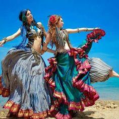 Ventanas Soltas--I like that colorful tribal belly dance look Tribal Fusion, Gypsy Style, Boho Gypsy, Bohemian Style, Tribal Style, Bohemian Rings, Bohemian Fashion, Estilo Tribal, Gypsy Women