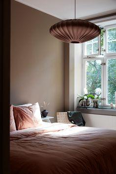 Palette de couleurs terracotta, rose, beige et brun // Chambre avec un mur de fond dans un brun doux, presque vert Rose Beige, Turbulence Deco, Inside Outside, Palette, Cubs, Ceiling Lights, Curtains, Inspiration, Instagram