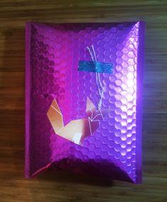 Envuelve regalos con sobres acolchados Frame, Silver, Home Decor, Wrap Gifts, Wrapping, Decoration Home, Frames, A Frame, Interior Design