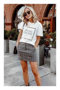 Atuendos muy atractivos para chicas bajitas #TiZKKAmoda #Tshirt #blanco #minifalda #gris #cuadros #lentes #bolsa #look #fashion Moda Hipster, Moda Outfits, Casual Outfits, Cute Outfits, Dress Codes, Mini Skirts, Street Style, Shirt Dress, Clothes For Women