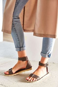 Sandals Summer Britta Nickel - There is nothing more comfortable and cool to wear on your feet during the heat season than some flat sandals. Women's Shoes, Mode Shoes, Me Too Shoes, Shoe Boots, Platform Shoes, Daily Shoes, Basket Mode, Estilo Fashion, Mode Inspiration
