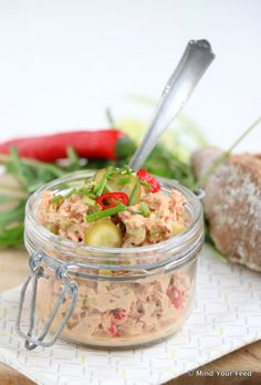 spicy tuna salad with lime red pepper and sambal/ Pittige tonijnsalade met limoen en rode peper - Mind Your Feed Low Carb Brasil, Mezze, Cooking Recipes, Healthy Recipes, Snacks Für Party, Happy Foods, Fish Dishes, High Tea, No Cook Meals